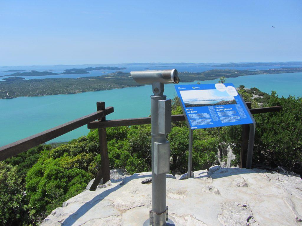 Razgledna točka Kamenjak – izjemen panoramski razgled na Vransko jezero