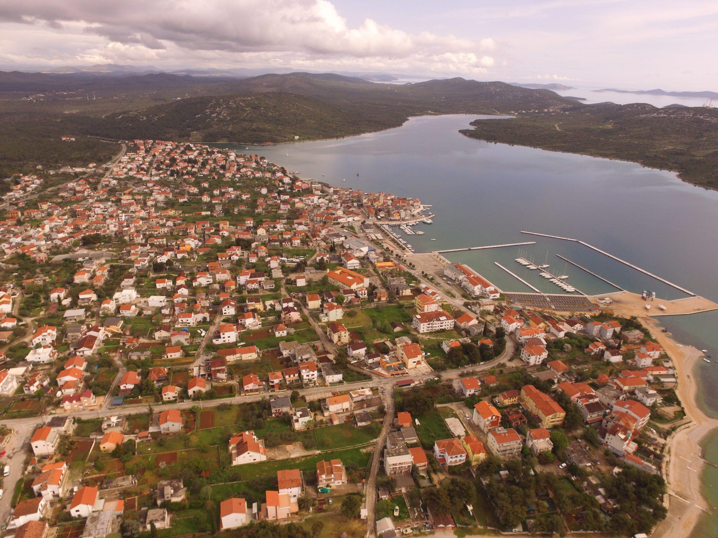 Fotografija Pirovca iz zraka.